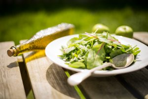 ensalada y aceite de oliva